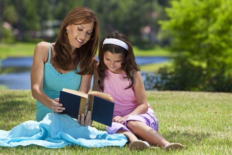 Mutter-und Tochter-Lesebuch zusammen draußen stockfoto