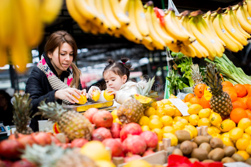 Mutter und Tochter am Markt lizenzfreies stockbild