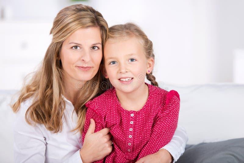 Mutter und Tochter mit dem blonden Haar lizenzfreies stockfoto