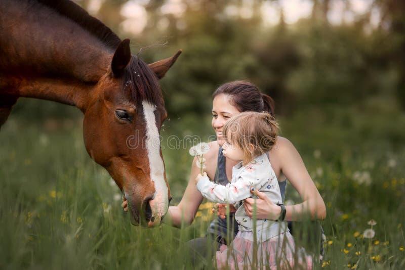 Mutter und Tochter mit Pferd stockfoto