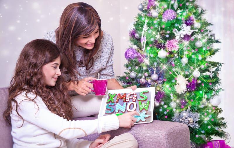 Mutter und Tochter mit Weihnachtsplätzchen lizenzfreie stockbilder