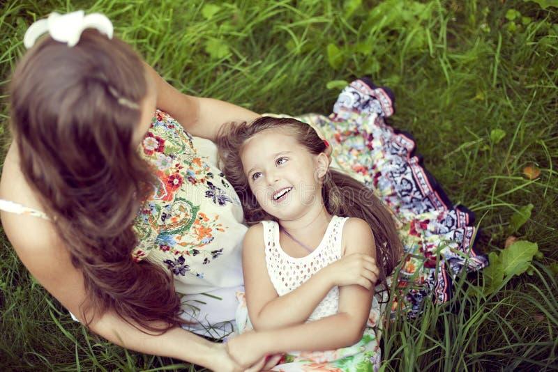 Mutter und Tochter in schöne Blumen-sundresses im summ stockfoto