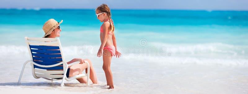 Mutter und Tochter am Strand lizenzfreie stockfotografie