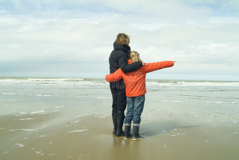 Mutter und Tochter am Strand stockbilder