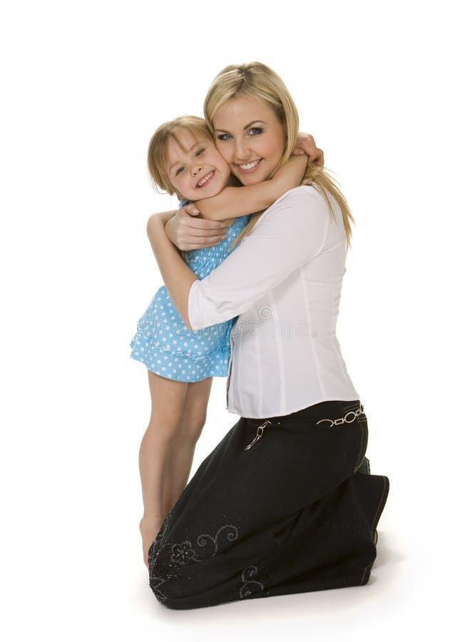 Mutter-und Tochter-Umarmung lizenzfreies stockfoto
