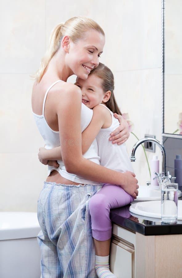 Mutter Und Tochter Umfassen Sich Im Badezimmer Stockfoto - Bild von ...