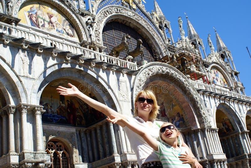 Mutter und Tochter in Venedig lizenzfreie stockbilder
