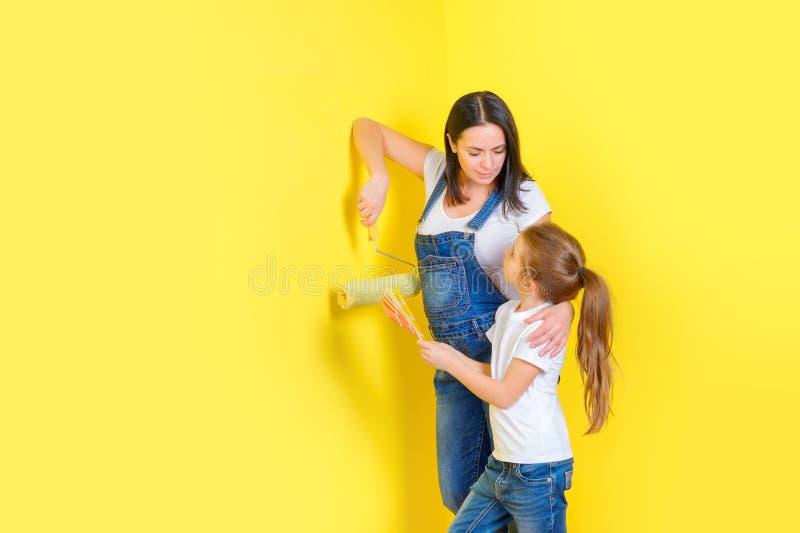 Mutter und Tochter wählen Farbe für malende Wände im Raum lizenzfreie stockfotos