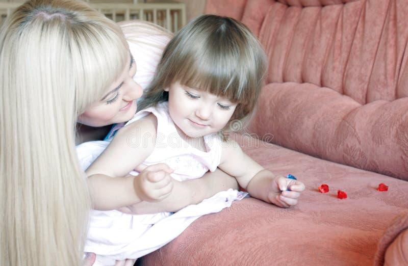 Mutter und Tochter zu Hause lizenzfreie stockfotos