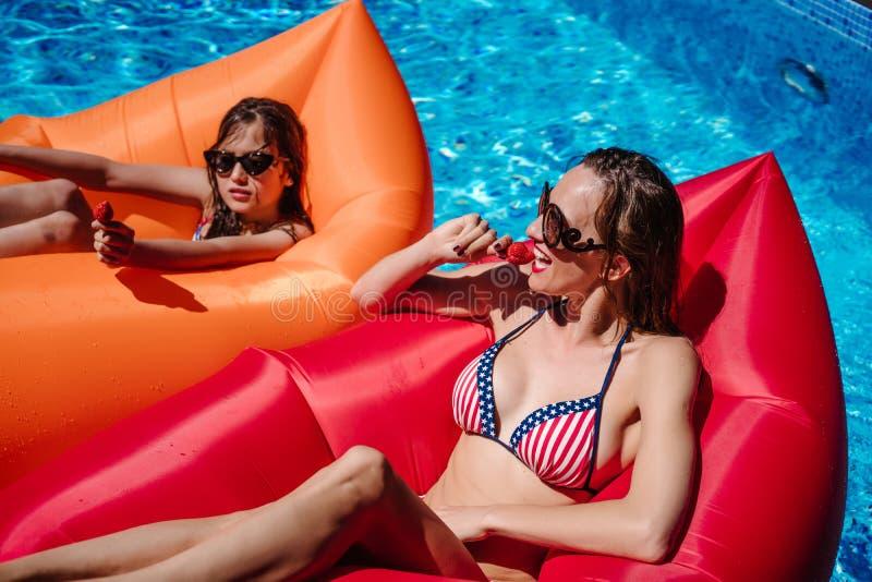 Mutter und Tochter zusammen auf dem Pool lizenzfreie stockfotografie