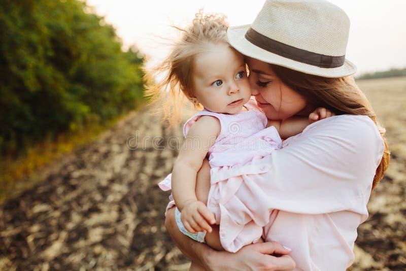 Mutter und Tochter zusammen draußen lizenzfreie stockfotografie