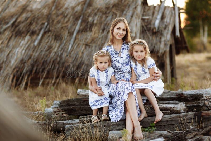 Mutter und Tochter zwei, die Spa? im Park haben Sch?nheitsnaturszene mit Lebensstil der Familie im Freien Gl?ckliches Familienkon lizenzfreie stockbilder