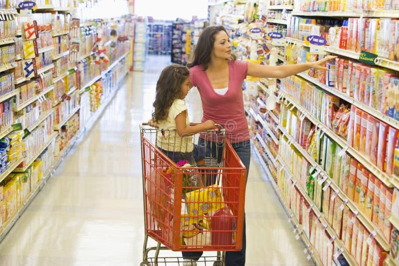 Mutter- und Tochtereinkaufen im Supermarkt stockfotos