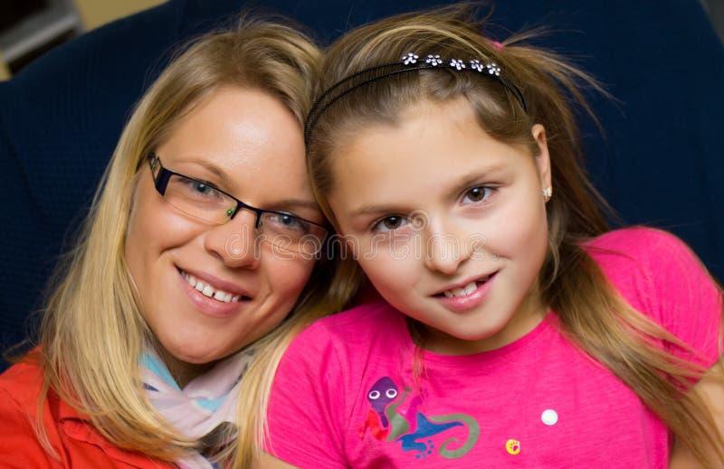 Mutter- und Tochterfamilienporträt lizenzfreie stockbilder