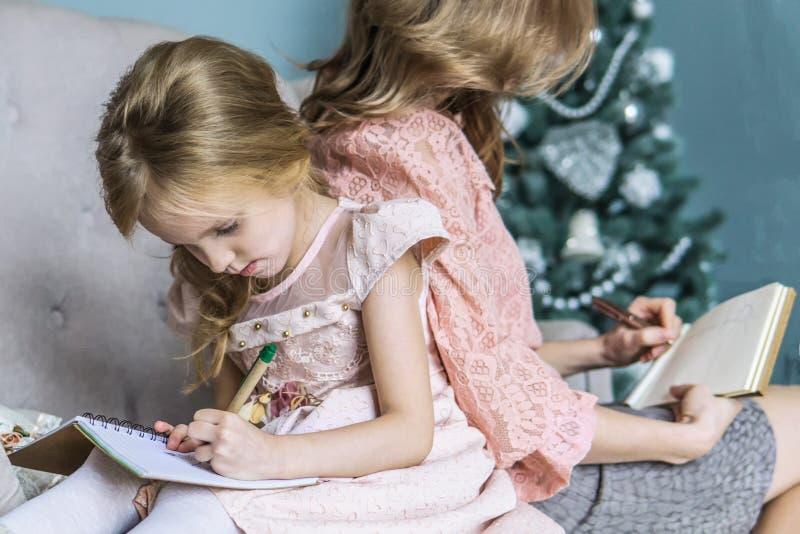Mutter- und Tochterfreizeit zusammen zu Hause im Wohnzimmer stockfotografie