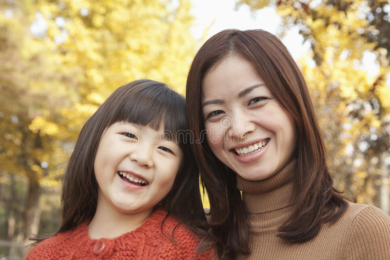 Mutter- und Tochterherbst Porträt lizenzfreie stockfotos