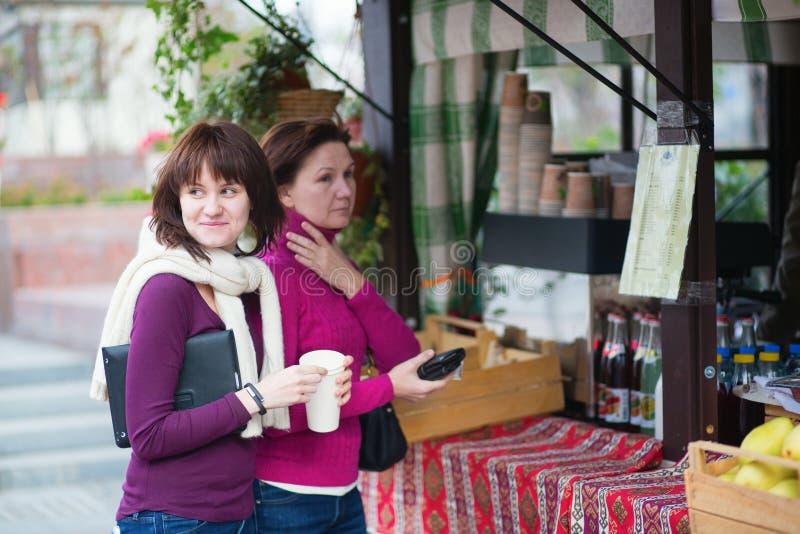 Mutter- und Tochterkaufengetränke stockbilder