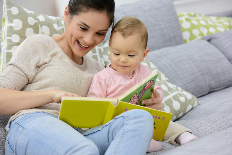 Mutter- und Tochterlesebabybuch lizenzfreie stockfotos