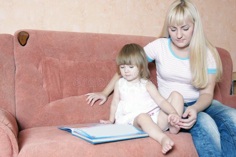 Mutter- und Tochterlesebuch lizenzfreie stockfotos