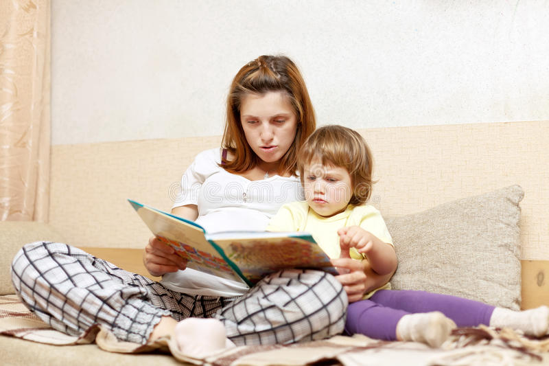 Mutter- und Tochterlesebuch stockbilder
