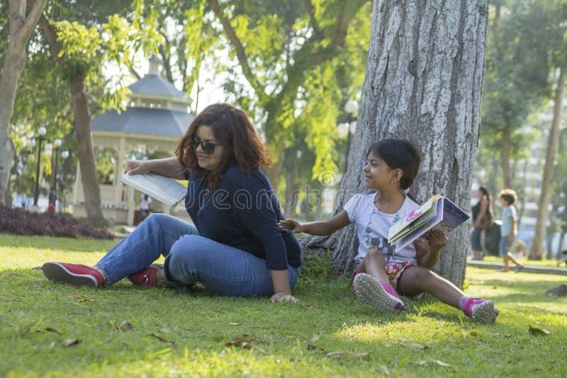Mutter- und Tochterlesung im Park stockfoto