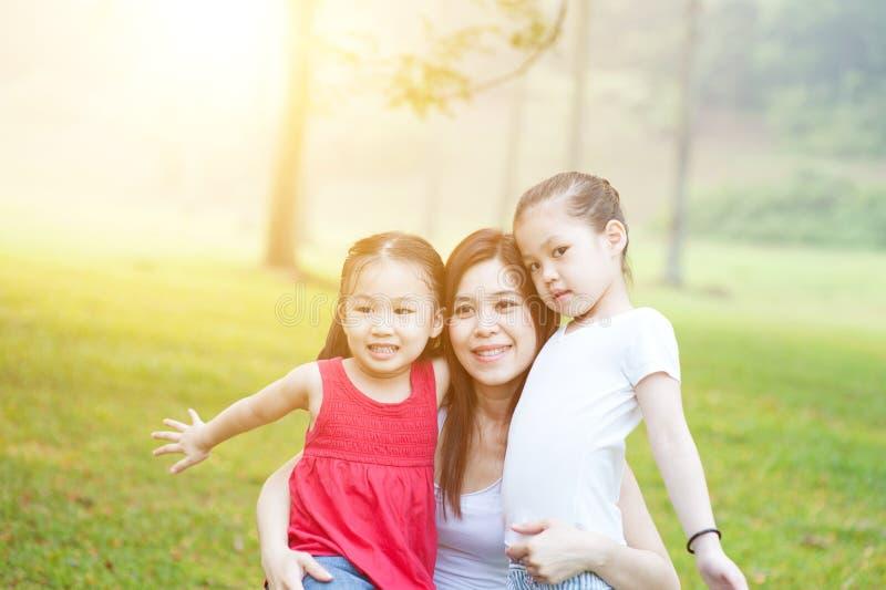 Mutter und Tochterporträt stockfotografie