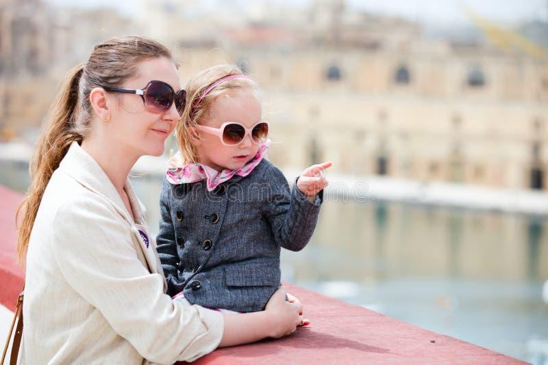 Mutter- und Tochterportrait draußen stockfotos