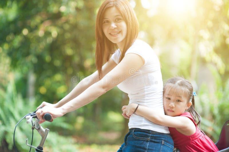 Mutter- und Tochterradfahren im Freien lizenzfreie stockfotos