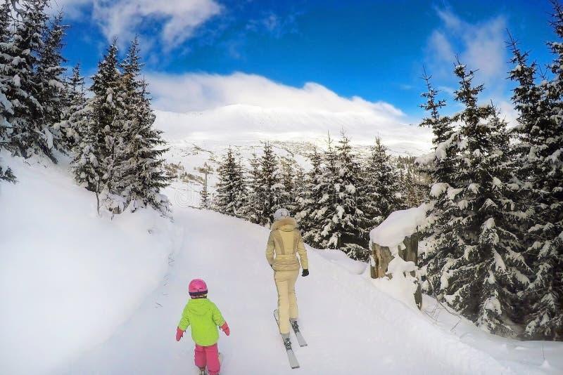 Mutter- und Tochterskifahren im Wald unterstützen Ansicht Heller sonniger Wintertag Ende des Winterferienkonzeptes Schließung des lizenzfreie stockbilder