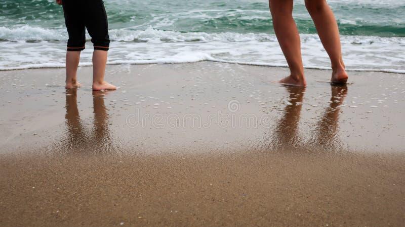 Mutter- und Tochterspiel am Strand lizenzfreie stockfotos