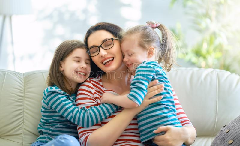 Mutter- und Tochterspielen stockfotos