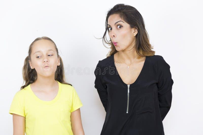 Mutter- und Tochterspielen stockbilder