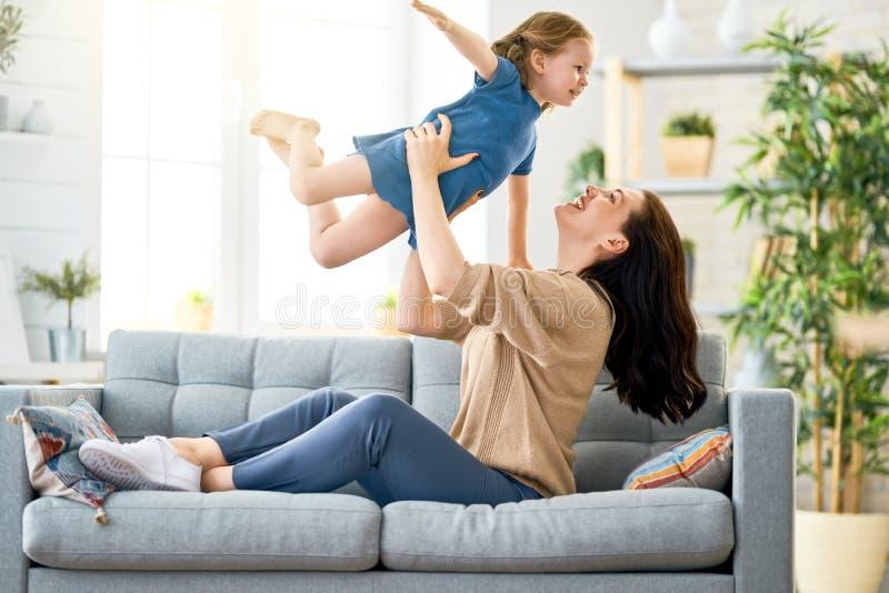 Mutter- und Tochterspielen lizenzfreie stockfotografie