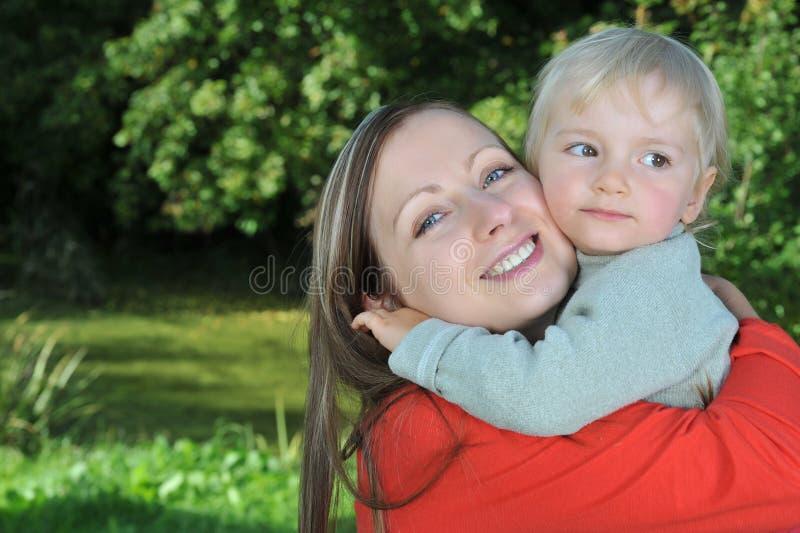 Mutter- und Tochterumarmen lizenzfreie stockfotos