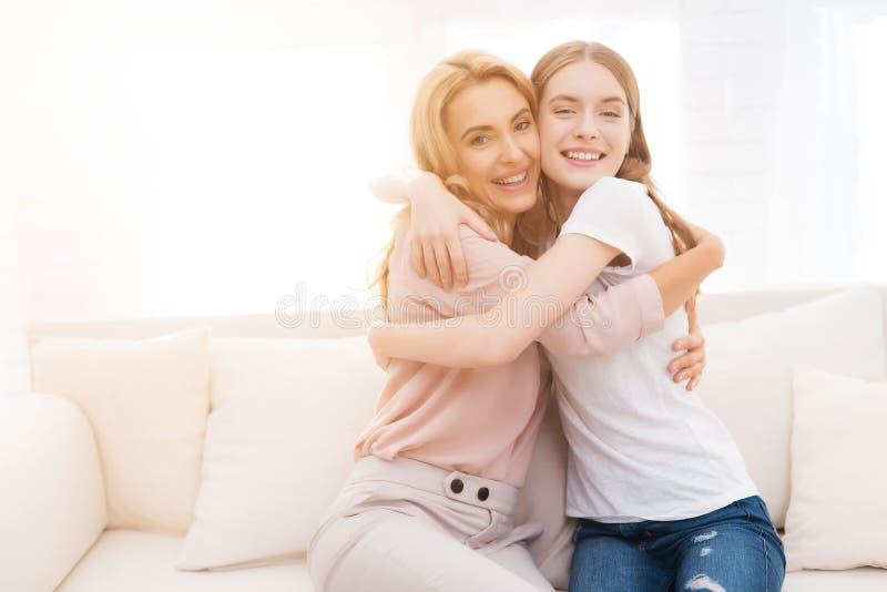 Mutter- und Tochterumarmung stockfoto