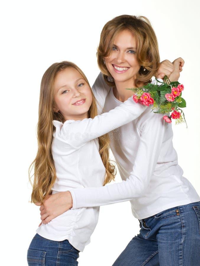 Mutter- und Tochterumarmungen lizenzfreie stockbilder