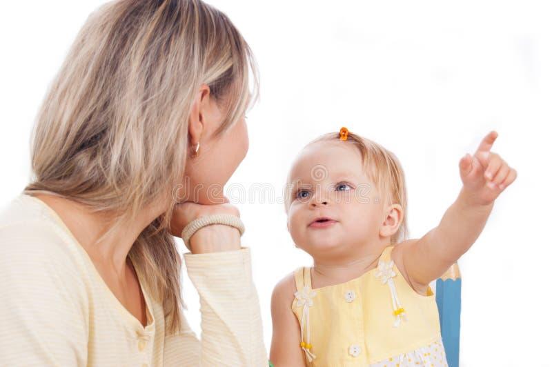 Mutter und wenig Tochterunterhaltung lizenzfreies stockfoto
