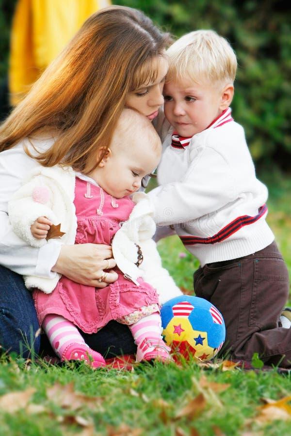 Mutter und zwei Kinder lizenzfreie stockfotografie