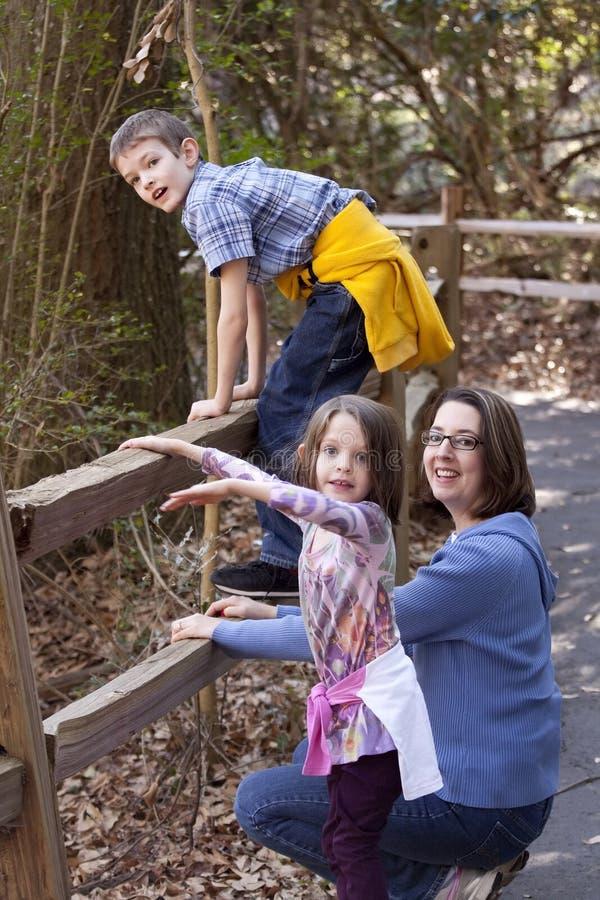 Mutter und zwei Kinder stockfotos
