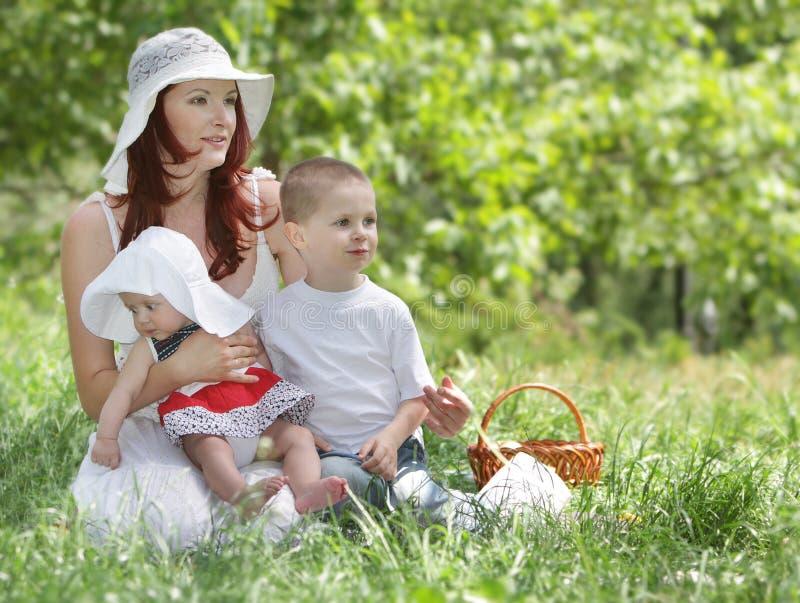 Mutter und zwei Kinder auf Natur lizenzfreies stockfoto