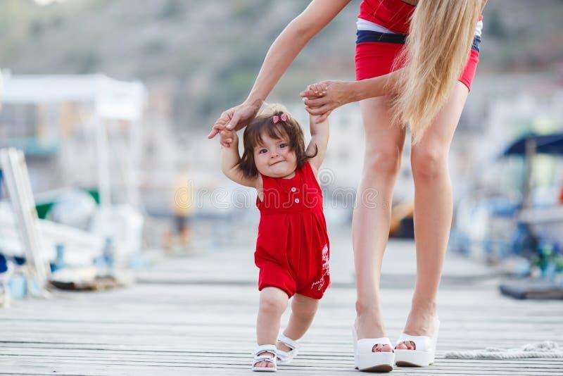 Mutter unterrichtet Tochter zu gehen stockfoto