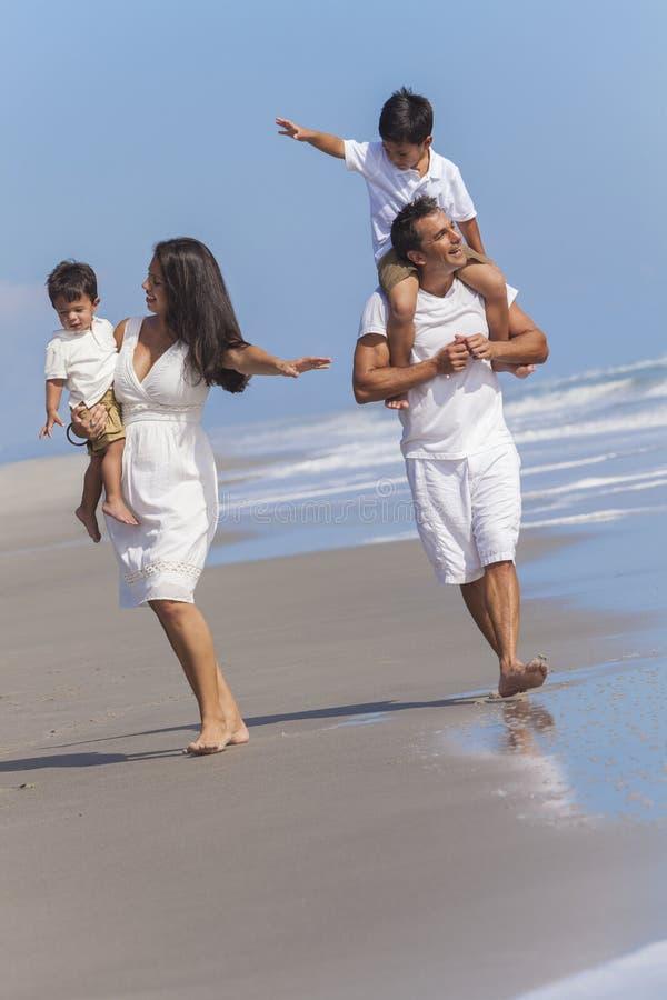 Mutter-Vater-Parents Boy Children-Familien-Strand-Spaß lizenzfreies stockbild