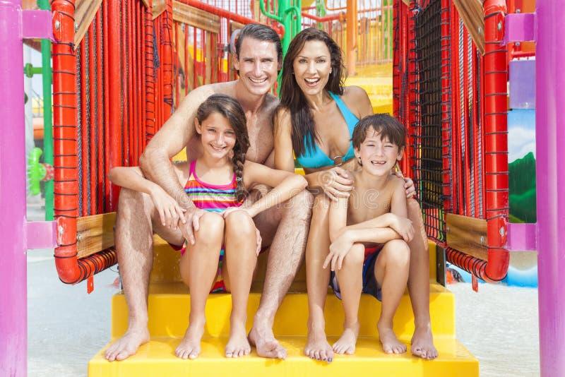 Mutter-Vater-Son Daughter Child-Familie am Wasser-Park lizenzfreie stockfotos