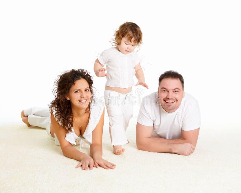 Mutter, Vater und ihr Kind zusammen im Studio stockbild