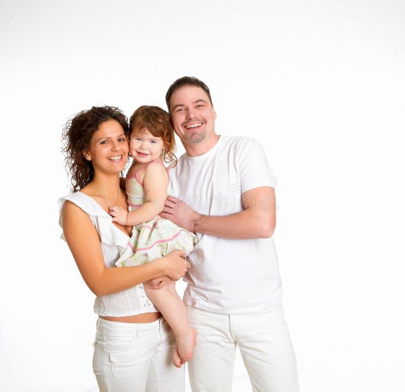 Mutter, Vater und ihr Kind zusammen im Studio stockbilder
