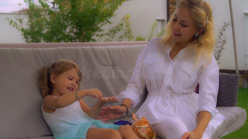 Mutter verbringen Zeit mit kleinem Mädchen am Freilicht stockfotografie