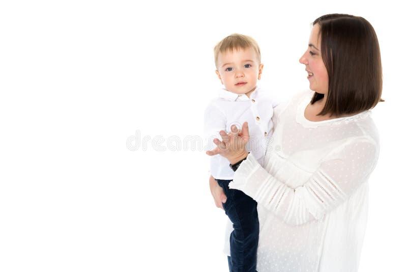 Mutter wirft ihren Sohn oben stockbild