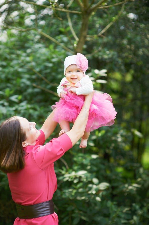 Mutter wirft oben Baby lizenzfreies stockfoto