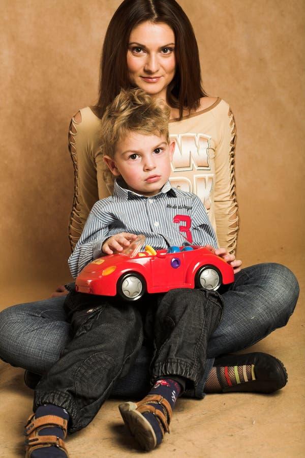Mutter zusammen mit dem Sohn lizenzfreies stockbild