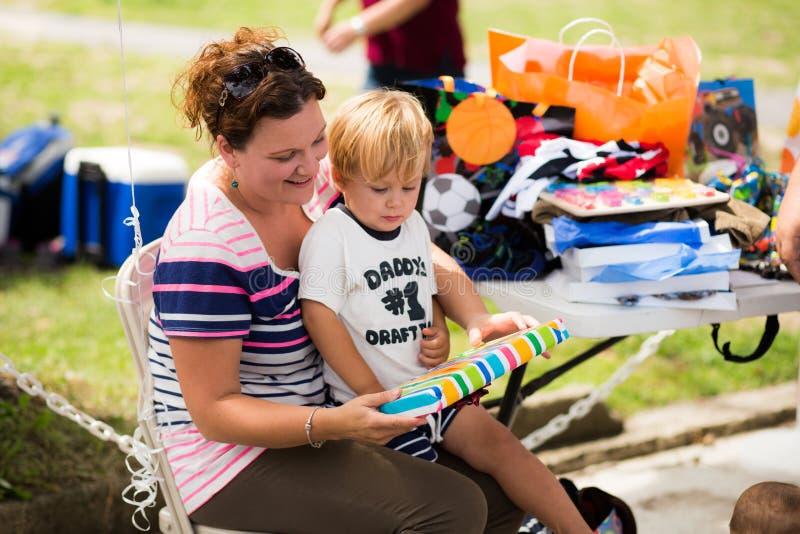 Mutterdarstellen vorhanden zu ihr zu den Jährigen lizenzfreie stockfotografie